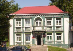 Zielony budynek z balkonami