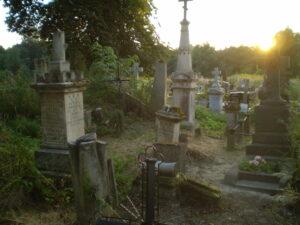 Stare grobowce na cmentarzu w Tarnogrodzie